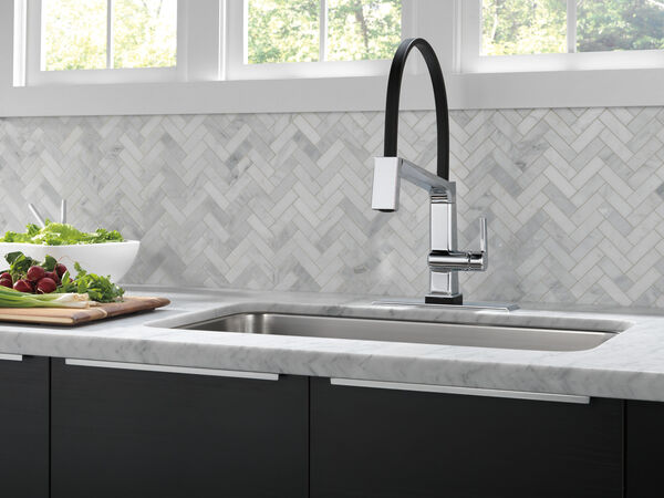 Single Handle Exposed Hose Kitchen Faucet with Touch<sub>2</sub>O Technology, image 4