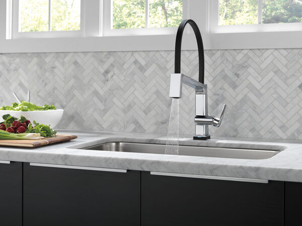 Single Handle Exposed Hose Kitchen Faucet with Touch<sub>2</sub>O Technology, image 5