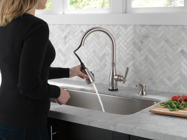 Single Handle Pull-Down Kitchen Faucet with Touch2O® and ShieldSpray® Technologies (Recertified), image 6