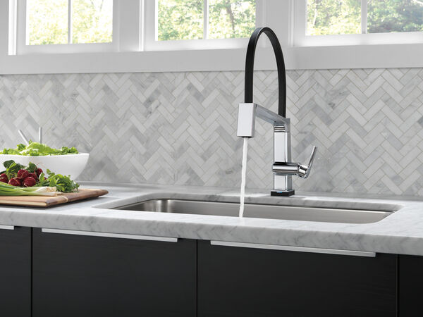 Single Handle Exposed Hose Kitchen Faucet with Touch<sub>2</sub>O Technology, image 6