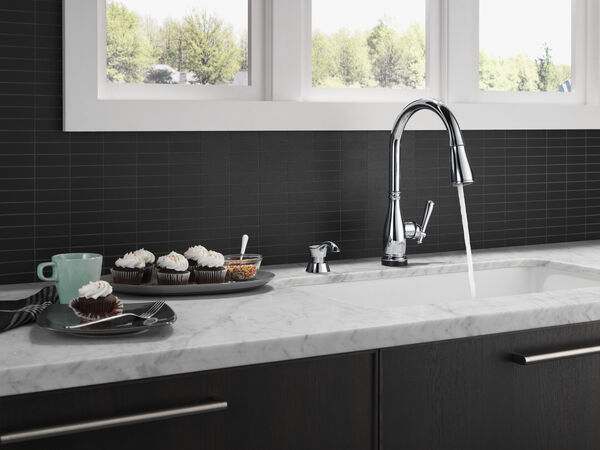 Single Handle Pull-Down Kitchen Faucet with Touch2O® and ShieldSpray® Technologies, image 10
