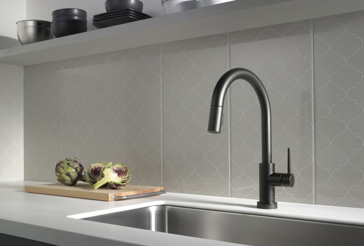 Curvy kitchen wall design and matte black pull-down faucet